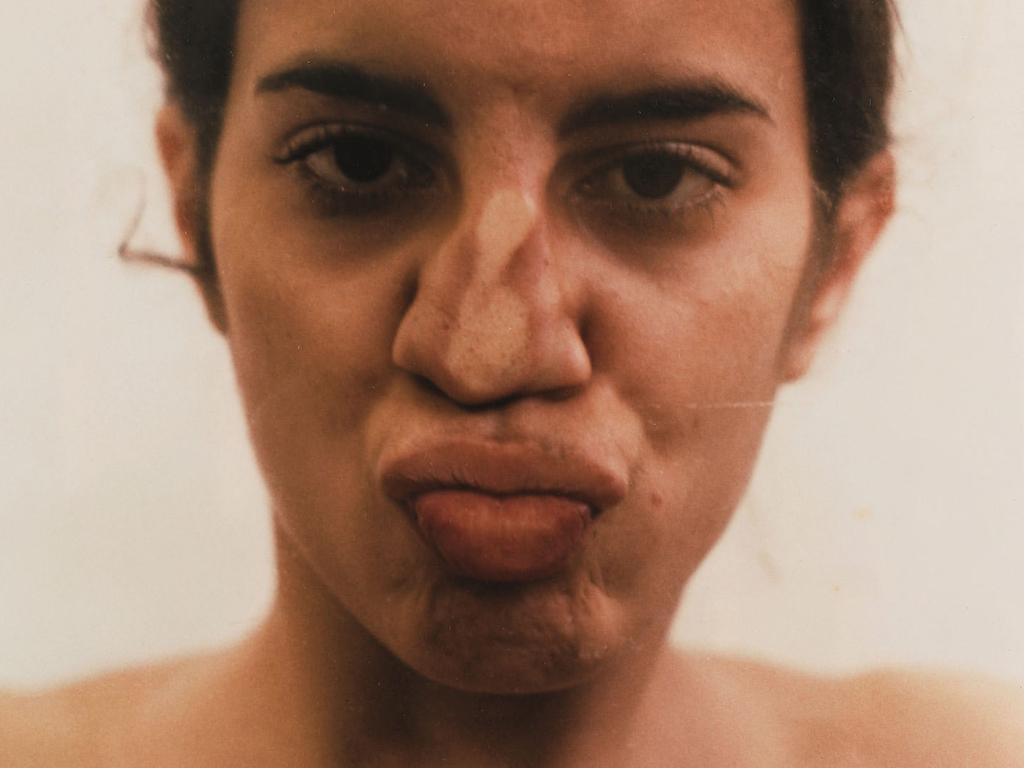 Es la primera exposición personal de Ana Mendieta en España en 23 años, y diversos medios han aprovechado la ocasión para desenterrar la polémica sobre su muerte.
